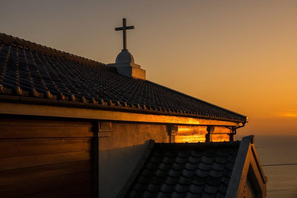 夕陽に照らされた善長谷教会