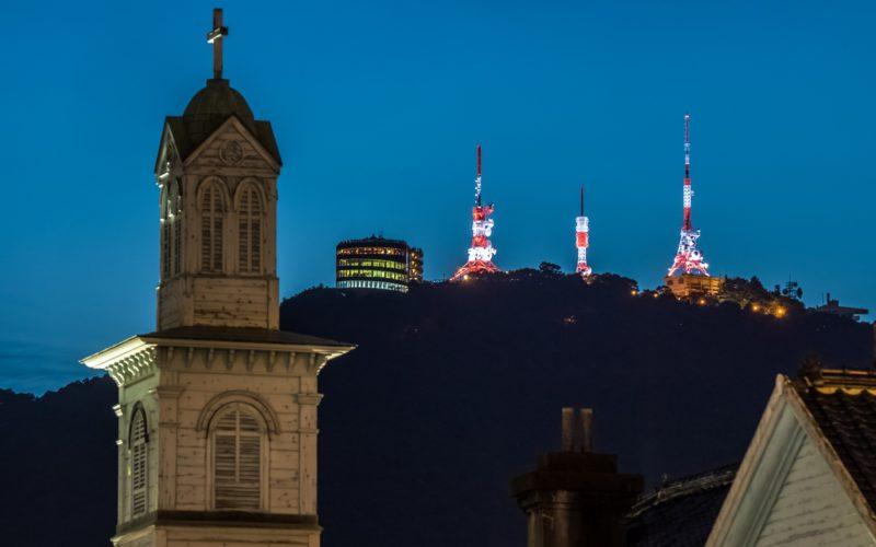 ライトアップされた出島と稲佐山展望台