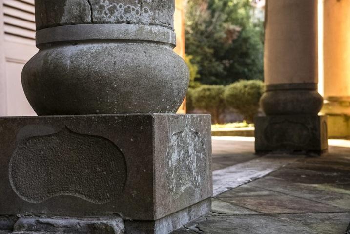 南山手レストハウス(旧清水氏住宅、南山手乙27番館)、長崎市の石造りのテラスの柱