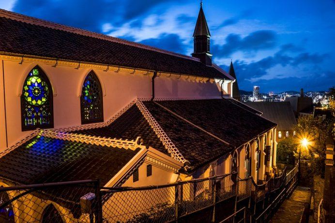 祈念坂からの大浦天主堂と長崎の夜景(長崎市南山手町と相生町の間)