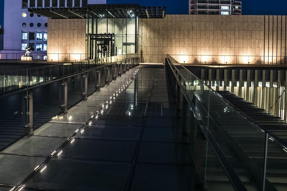 ライトアップされた長崎県美術館屋上庭園