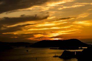 「女神大橋からの夕日」~歴史豊かな島々へ沈む落日