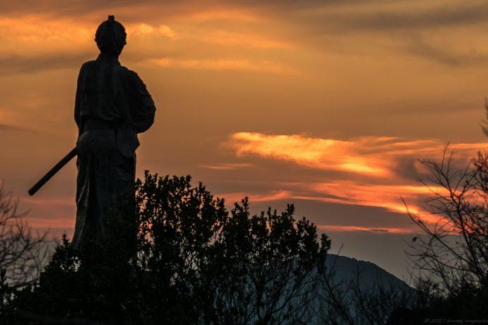 夕陽に照らされる風頭公園(長崎市)の「坂本龍馬之像」