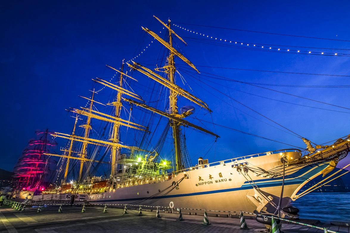 長崎帆船まつりでのライトアップされた帆船