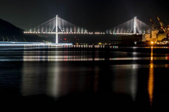 長崎港ターミナルふ頭からのライトアップされた女神大橋