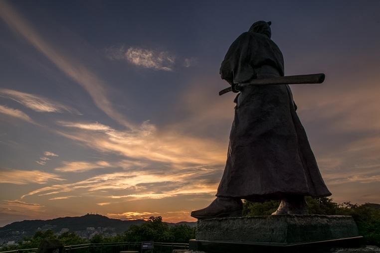 風頭公園(伊良林町)からの夕景と坂本龍馬像