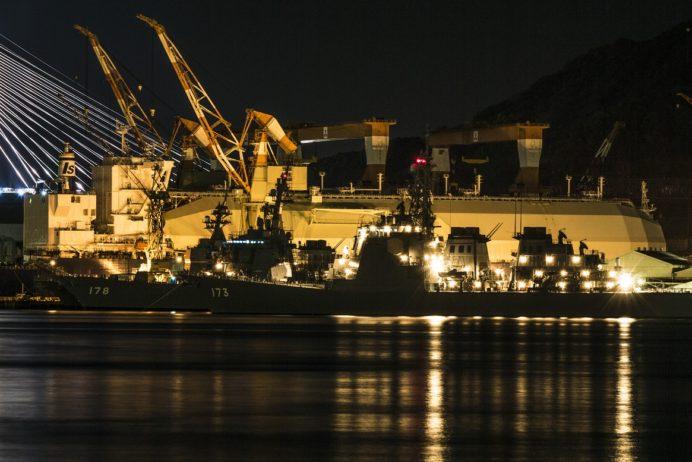 長崎港ターミナルふ頭からの三菱重工長崎造船所とイージス艦「こんごう」、「あしがら」