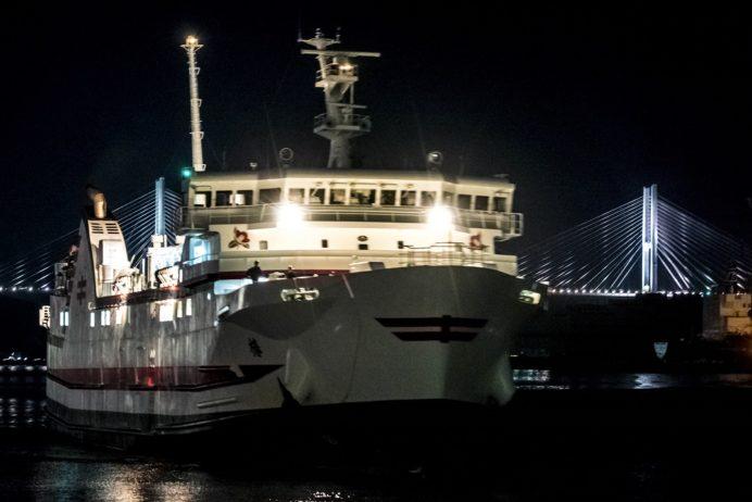 長崎港ターミナルふ頭から見る夜のフェリー椿・万葉