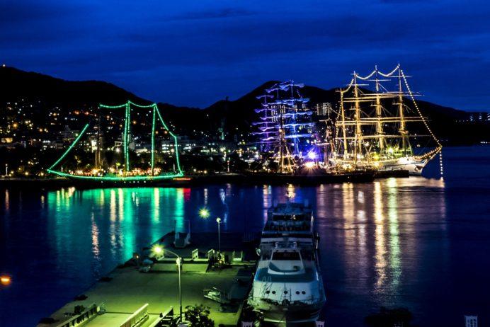 ゆめタウン夢彩都3Fテラスからライトアップされた帆船(長崎帆船まつり)