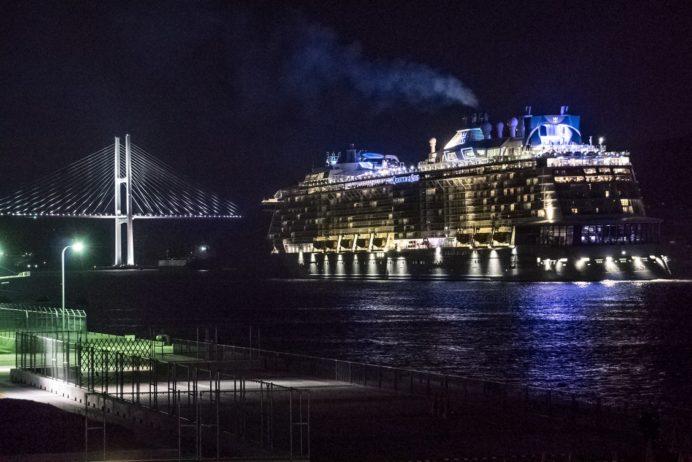 松が枝国際ターミナル屋上デッキからの長崎の夜景。クアンタム・オブ・ザ・シーズ