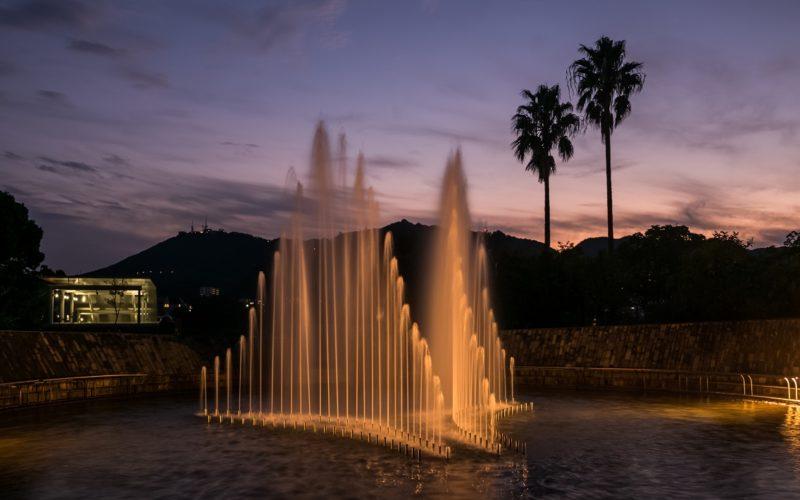 平和公園のライトアップされた平和の泉