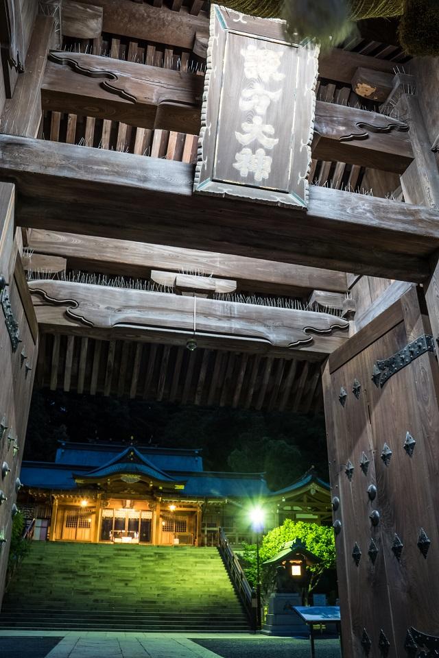 夜の鎮西大社 諏訪神社の大門と拝殿