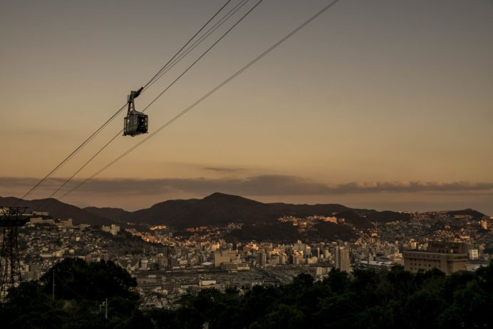 稲佐山登山道路・スカイブリッジの長崎ロープウェイと夕景