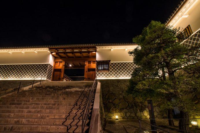 ライトアップされた夜の長崎歴史文化博物館