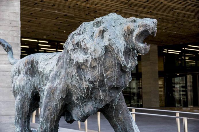 長崎県庁新庁舎の北村西望作「獅子吼」