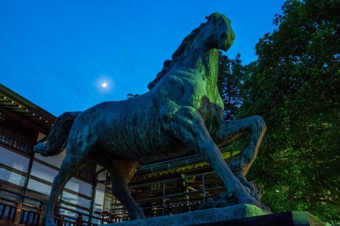 諏訪神社の神馬像(北村西望作)