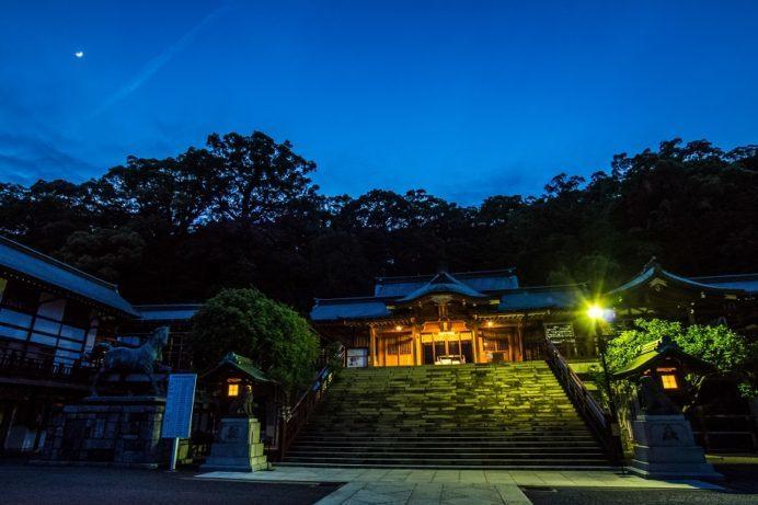 鎮西大社 諏訪神社(長崎市上西山町)の拝殿、ライトアップ(夜景)
