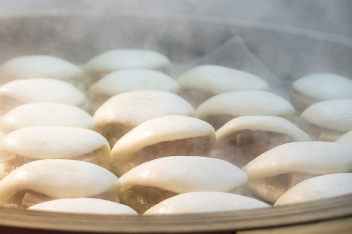 長崎ランタンフェスティバル(長崎新地中華街)の角煮まんじゅうで店頭販売される角煮まんじゅう