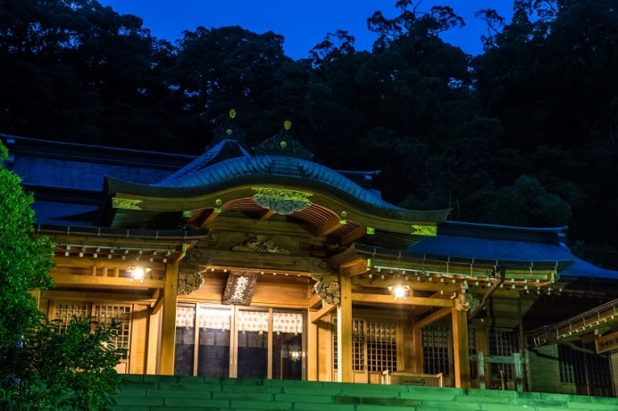 夜の鎮西大社 諏訪神社の拝殿