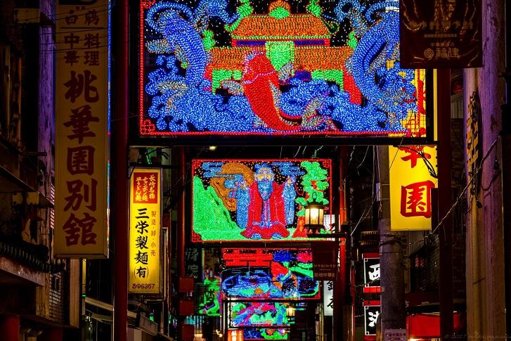「長崎 新地中華街のライトアップ」~頭上にキラめく夢幻の中国世界