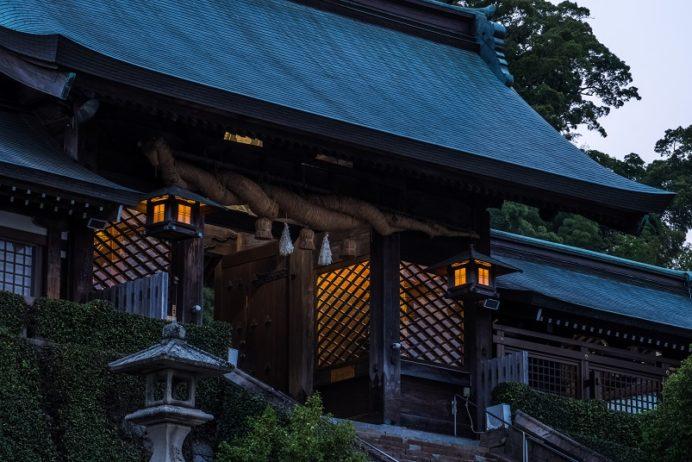 夜の鎮西大社 諏訪神社の大門