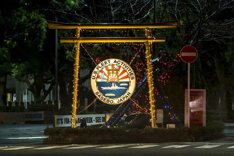 米海軍基地入口の鳥居のクリスマスイルミネーション