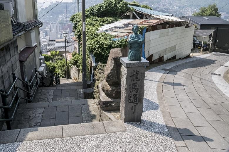風頭公園途中の坂本龍馬像のミニチュア