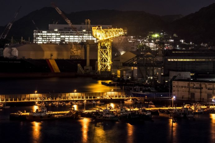 長崎県庁8階展望台からのライトアップされたジャイアント・カンチレバークレーン(世界遺産)