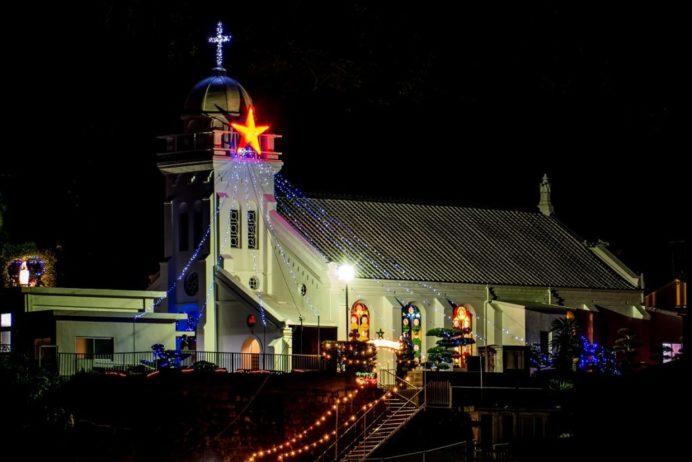 クリスマスイルミネーションを施した長崎・神ノ島教会