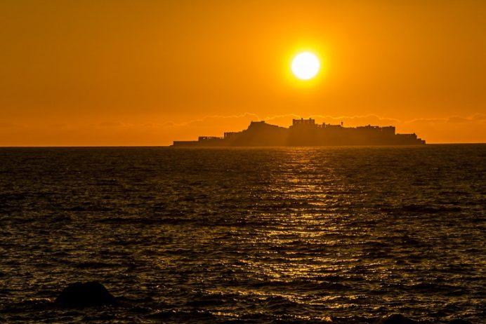 野々串漁港(長崎市野母崎地区)での軍艦島への夕日