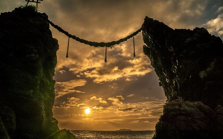 夫婦岩・野母崎の変はんれい岩露出地(黒浜海岸の海蝕景観)、夫婦岩、県指定天然記念物(長崎市野母崎地区)からの夕日
