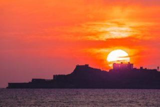 【インスタ映え!】野母崎の夫婦岩で「軍艦島に夕日が沈む日は?」