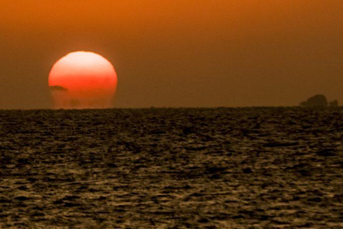 軍艦島(端島)の夕日(長崎市野母崎地区)くじら浜海水浴場、1月6日撮影