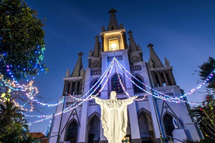 クリスマスイルミネーションが施された伊王島の馬込教会(沖之島教会)