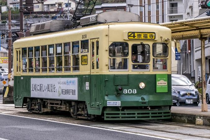 路面電車(4号系統崇福寺行き)