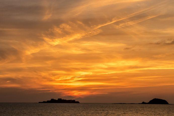 軍艦島(端島)の夕日(長崎市野母崎地区の以下宿バス停 展望台、夫婦岩)