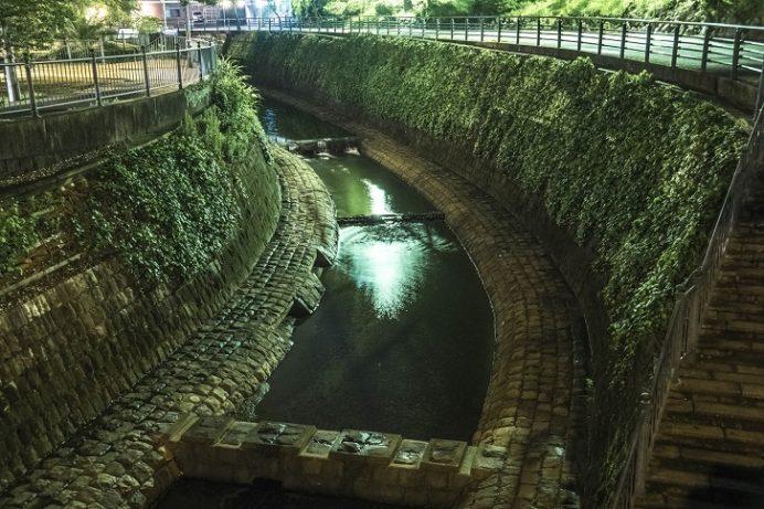 ライトアップされる夜の長崎・平和公園(下の川)