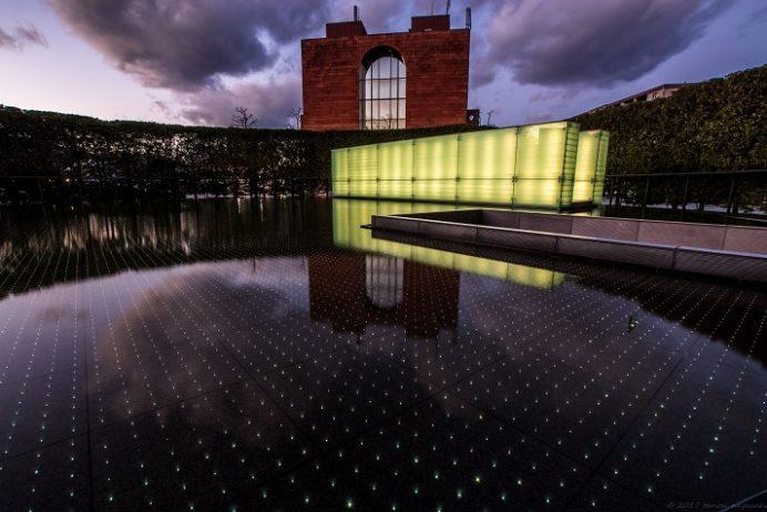 平和公園内の国立長崎原爆死没者追悼平和祈念館の水盤のライトアップ(長崎市)