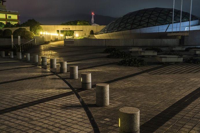 ライトアップされる夜の平和公園(長崎市松山町)