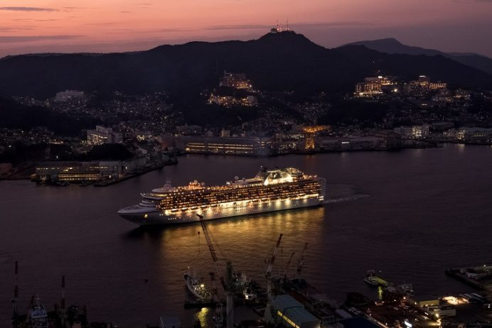 鍋冠山から見る長崎港を出港するクルーズ客船