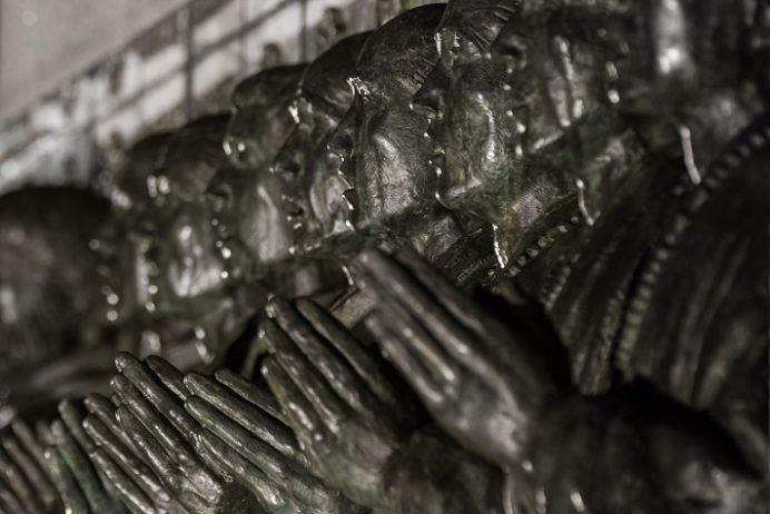 ライトアップされた日本二十六聖人殉教地(西坂公園)の「日本二十六聖人殉教記念碑 昇天のいのり」