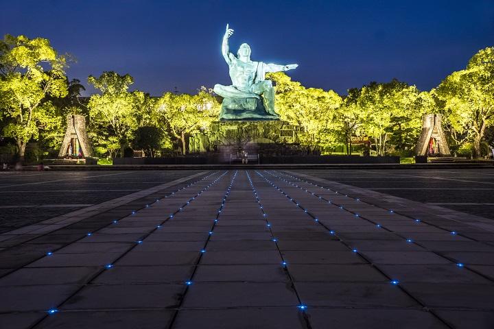平和公園(長崎市松山町)の平和祈念像、夜間ライトアップ