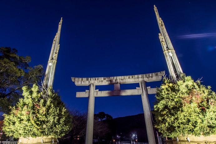 橘神社(長崎県雲仙市千々石)の鳥居、門松