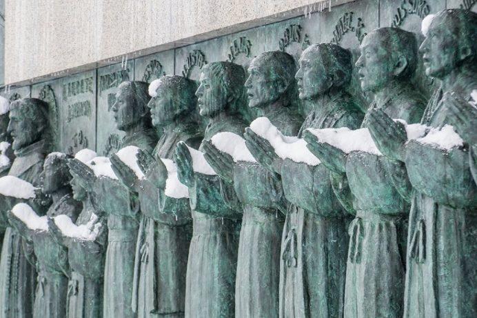 雪の日本二十六聖人殉教地(西坂公園)の「日本二十六聖人殉教記念碑 昇天のいのり」