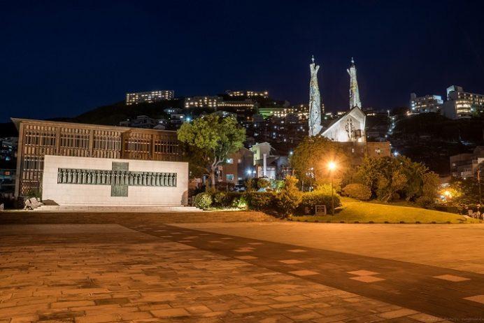 ライトアップされた日本二十六聖人殉教地(西坂公園)・聖フィリッポ教会