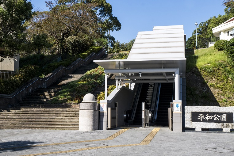 平和公園(長崎市松山町)の入口、エスカレーター