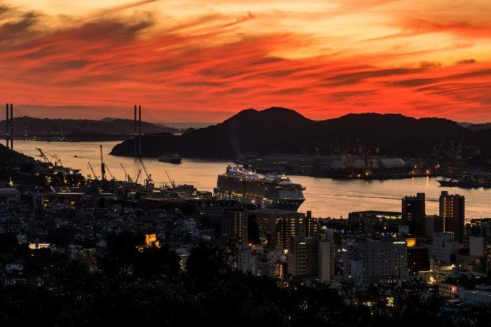 風頭公園からの長崎最高峰の夕日【色づく世界の明日からで登場】