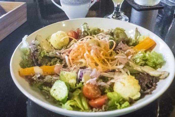 森の魔女カフェ(長崎市西海町琴海地区)、魔女の畑の朝取れ野菜サラダ