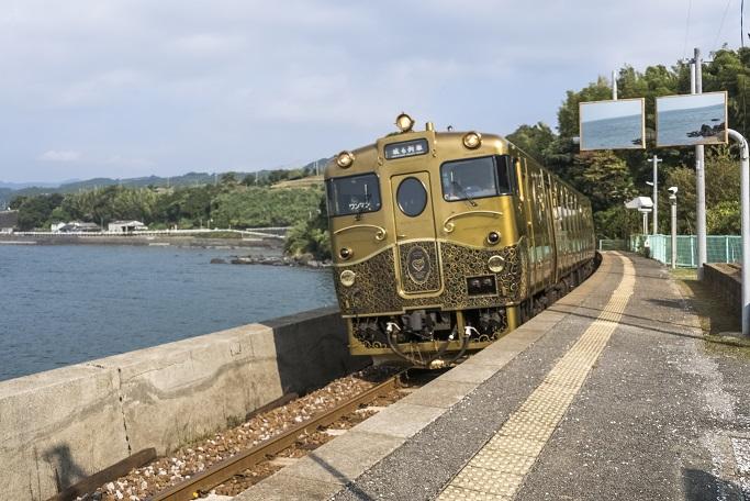 JR千綿駅(長崎県東彼杵郡東彼杵町、電車 JRKYUSHU SWEET TRAIN「或る列車」