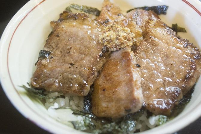 讃岐絢うどん(長与町)の牛ステーキ丼